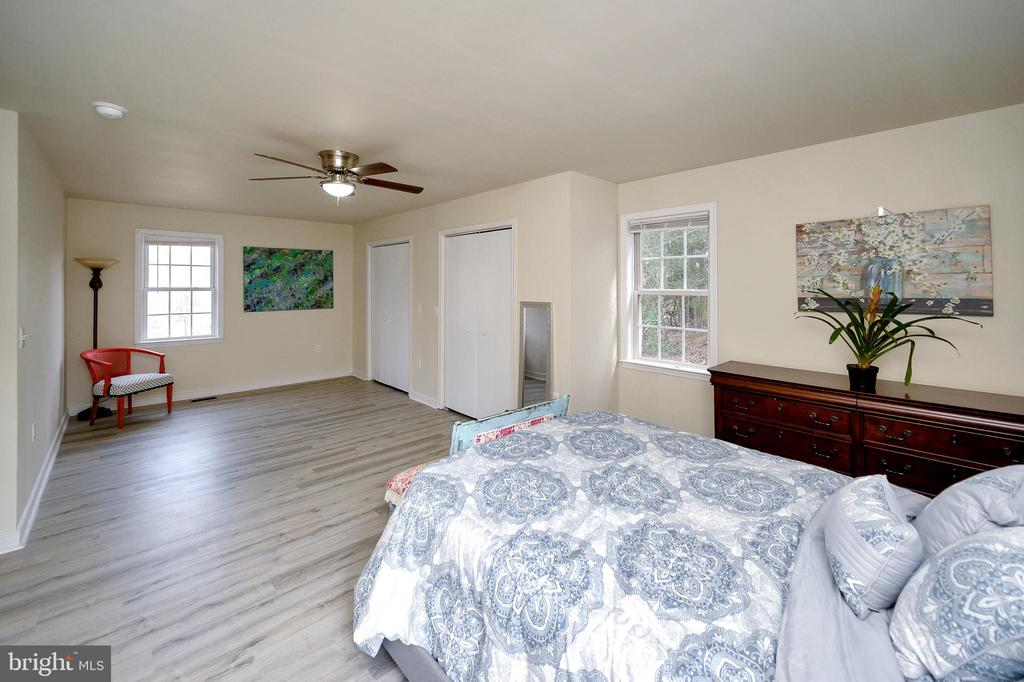 Large Master Bedroom w/ sitting area &  closet - 61 LITTLE FOREST CHURCH RD, STAFFORD