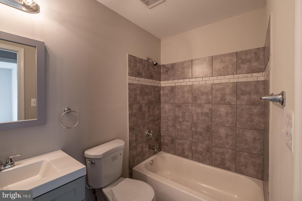 Bathroom 2 with Tub/Shower - 105 MUSKET LN, LOCUST GROVE