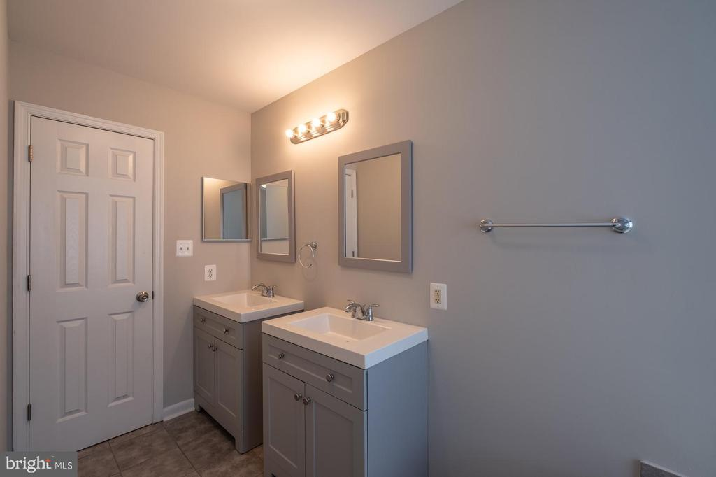 Master Bathroom with Double Vanity - 105 MUSKET LN, LOCUST GROVE