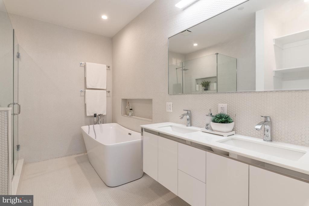 Master bathroom with freestanding soaking tub - 46 R ST NW, WASHINGTON