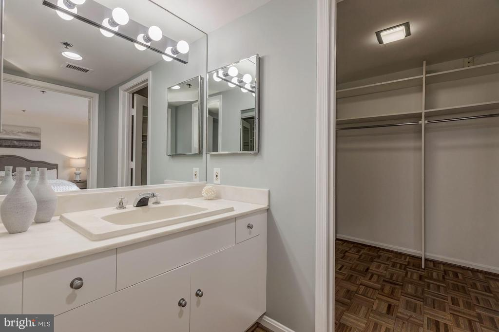 Master bath suite w/spacious walk-in closet - 1401 N OAK ST #302, ARLINGTON