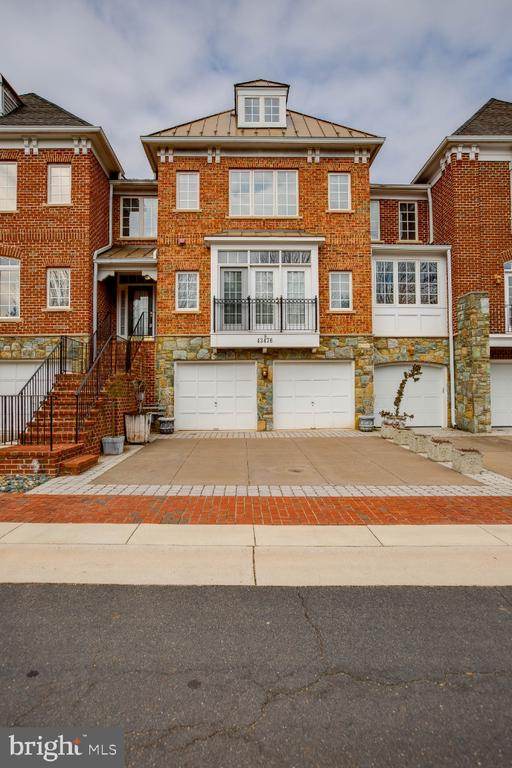 Brick front with  three finished levels of luxury - 43476 CASTLE HARBOUR TER, LEESBURG