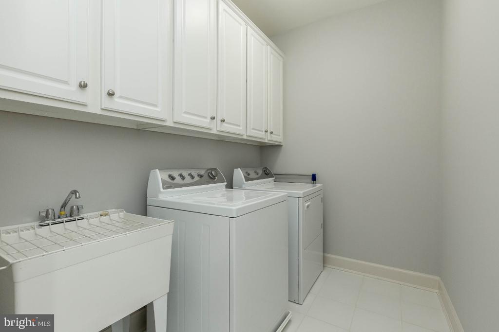 Upper laundry room - 43476 CASTLE HARBOUR TER, LEESBURG