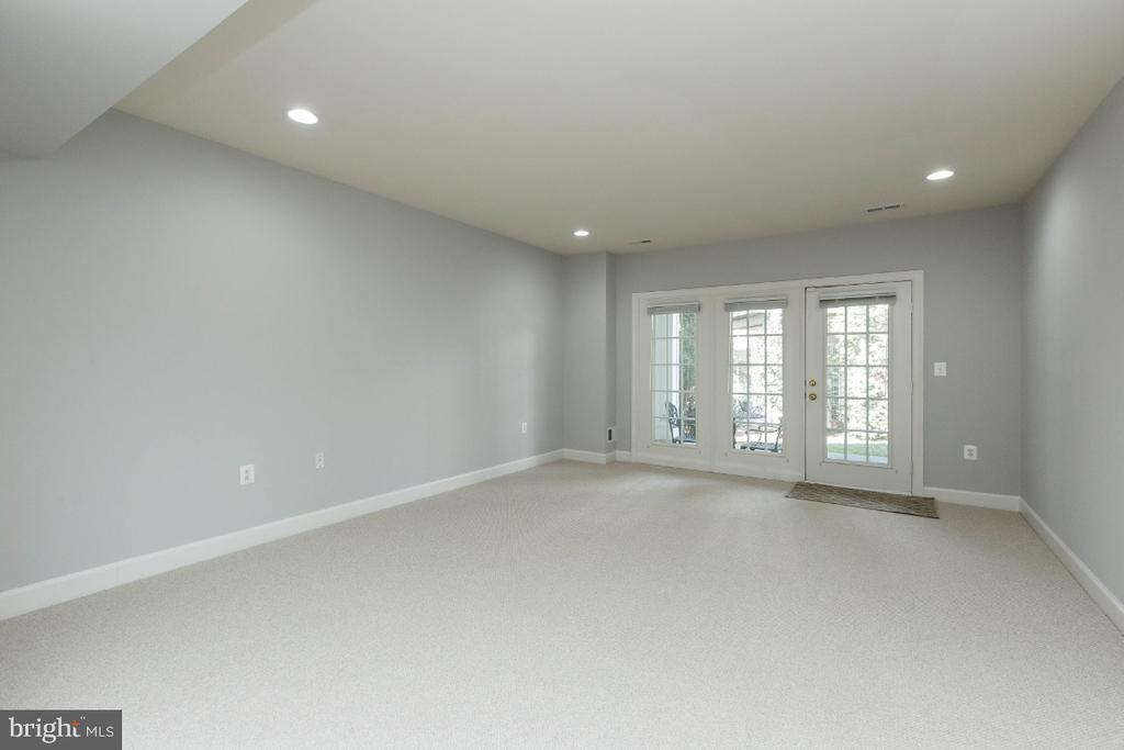 Recreation room walks out to patio - 43476 CASTLE HARBOUR TER, LEESBURG