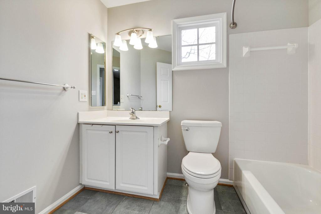 Upper Hall Bathroom - 20747 CITATION DR, ASHBURN