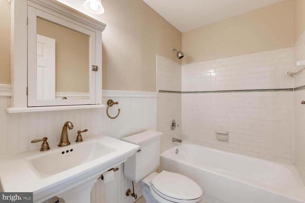2nd Floor Full Bath - 1104 PARK RIDGE DR, MOUNT AIRY