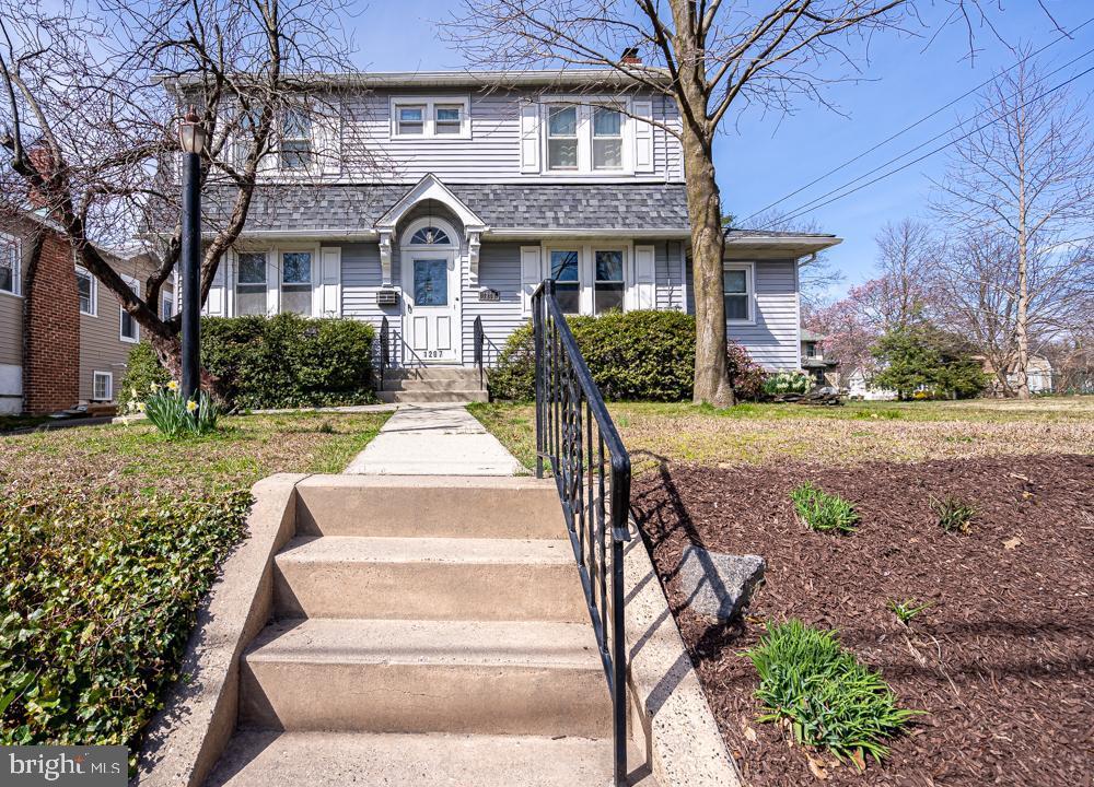 Single Family Homes per Vendita alle ore 1207 ELM Avenue Oaklyn, New Jersey 08107 Stati Uniti