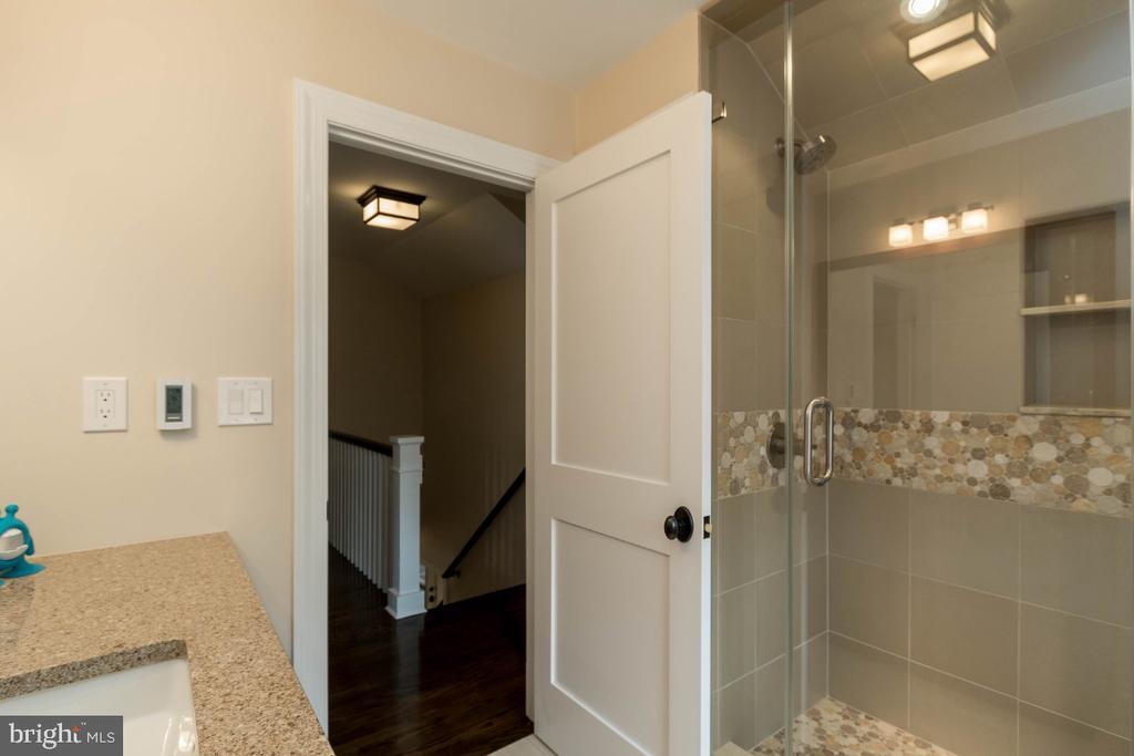 Upper level  full hall bath - 6308 26TH ST N, ARLINGTON