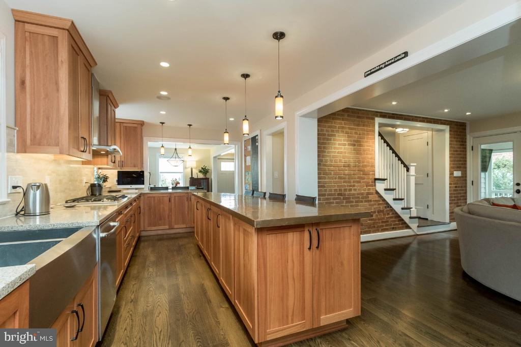 Kitchen with 6 burner stove & stainless appl - 6308 26TH ST N, ARLINGTON