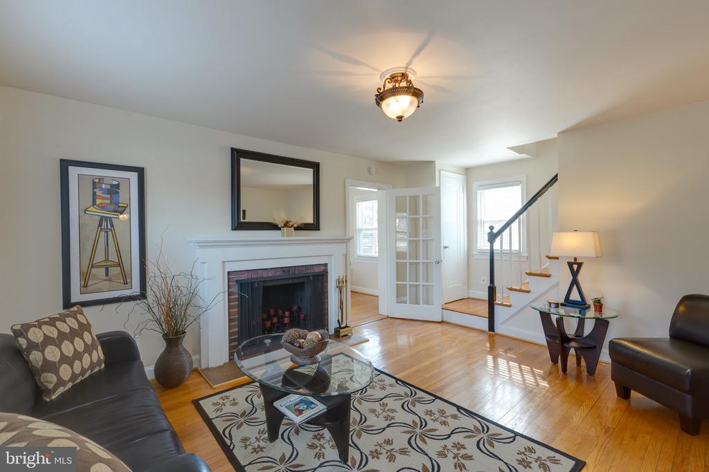 Lovely living room - 3704 ARLINGTON BLVD, ARLINGTON
