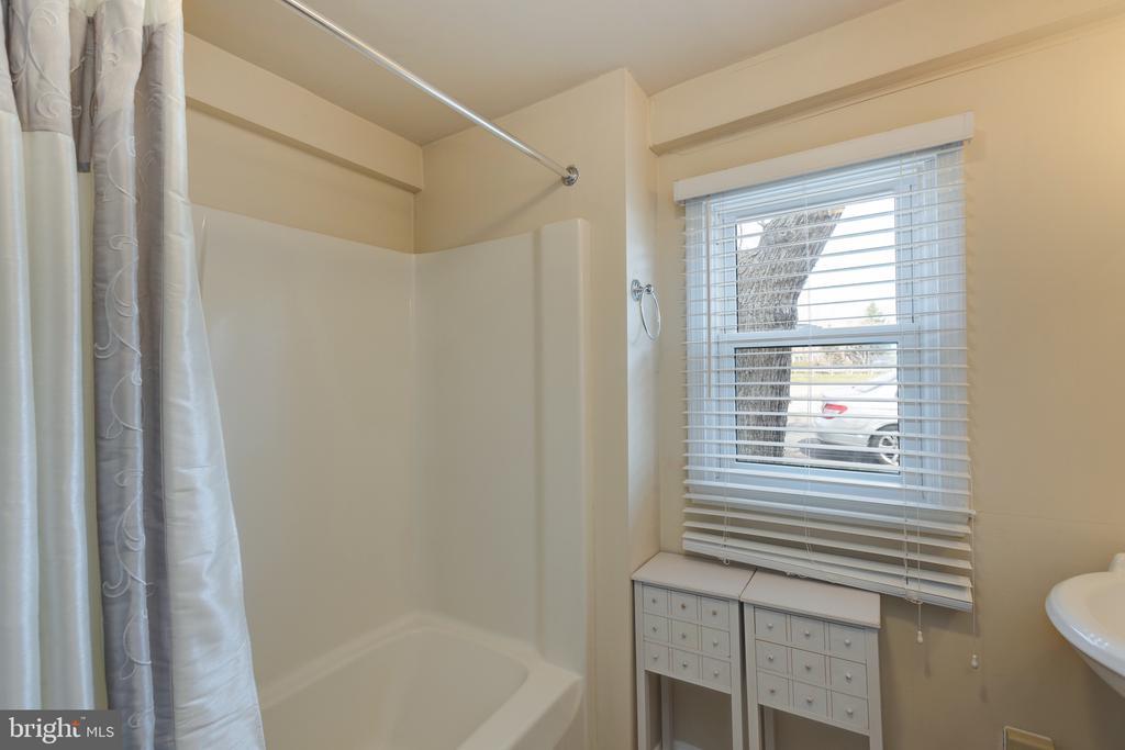 Main level full bath with tub - 3704 ARLINGTON BLVD, ARLINGTON