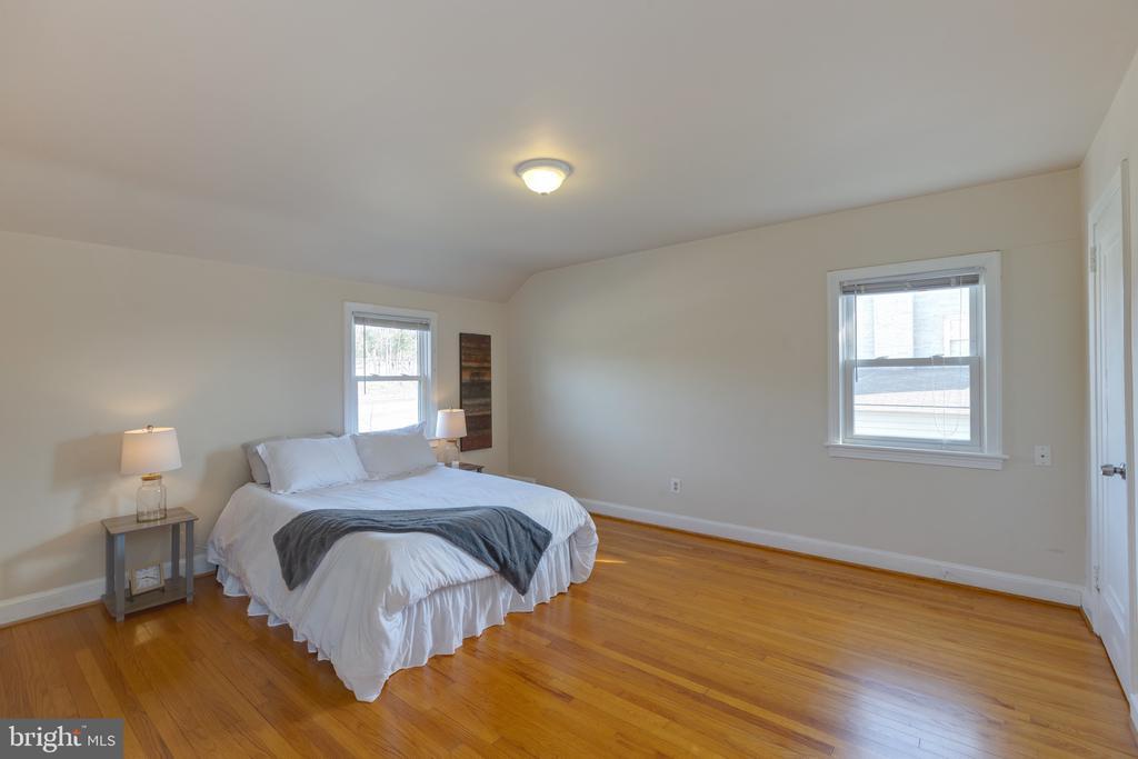 Spacious  master bedroom with hardwood floors - 3704 ARLINGTON BLVD, ARLINGTON