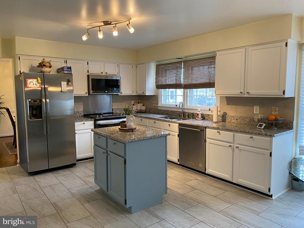 Beautiful Kitchen - 10 WHITTINGHAM CIR, STERLING