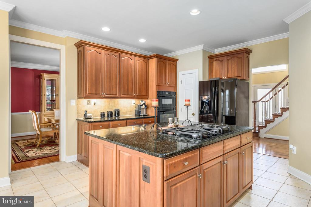 Large Island kitchen - 19876 BETHPAGE CT, ASHBURN