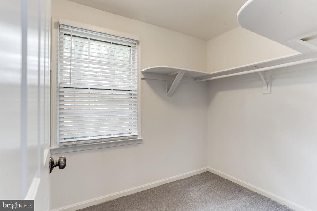 Walk-in Closet (Master) - 115 BILLINGSGATE LN, GAITHERSBURG