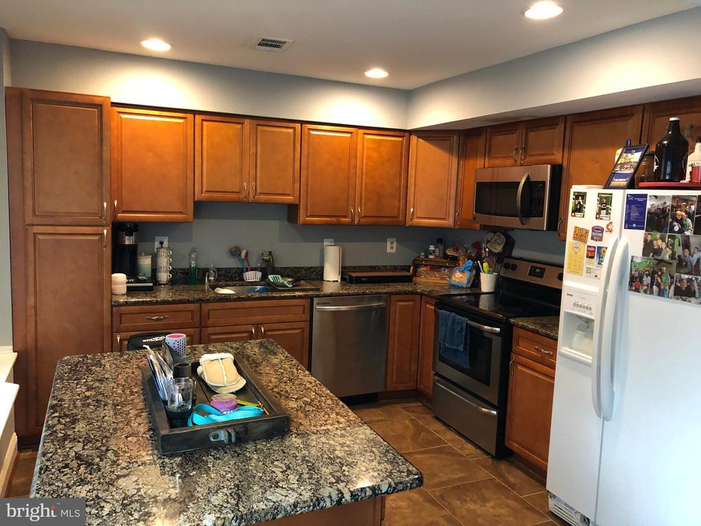 spacious new  kitchen - 1014 NELSON CT NE, LEESBURG