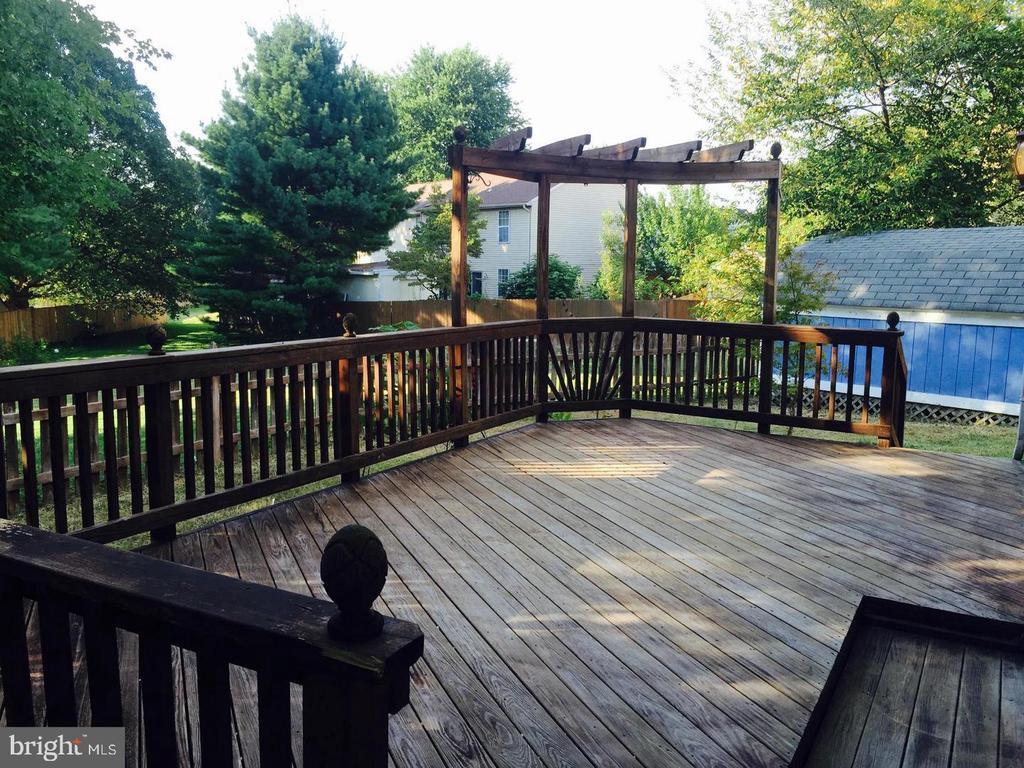 Huge deck is great for entertaining! - 1014 NELSON CT NE, LEESBURG