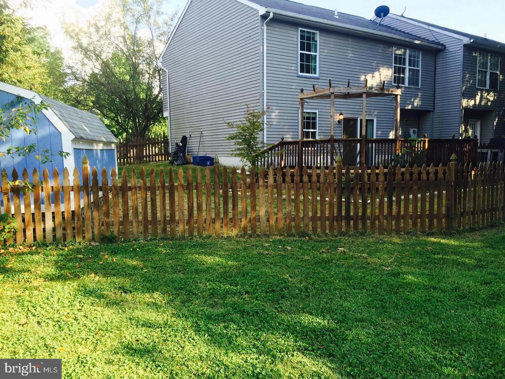 Large fenced-in yard with storage shed! - 1014 NELSON CT NE, LEESBURG