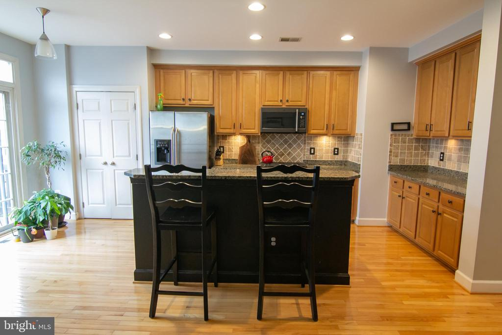 Kitchen fully open with island, pantry more - 147 HERNDON MILL CIR, HERNDON