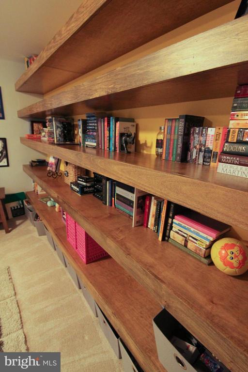 Built in floating shelves - 147 HERNDON MILL CIR, HERNDON