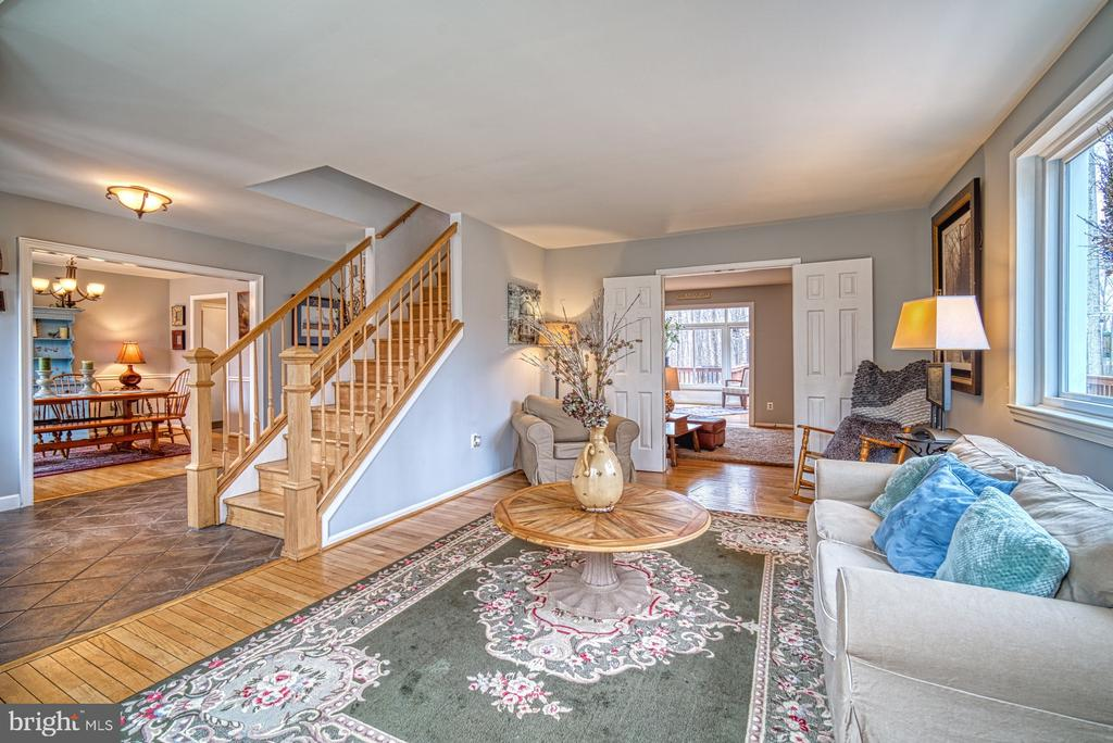 Large living room perfect for entertaining - 12224 PINE PARK CT, FAIRFAX