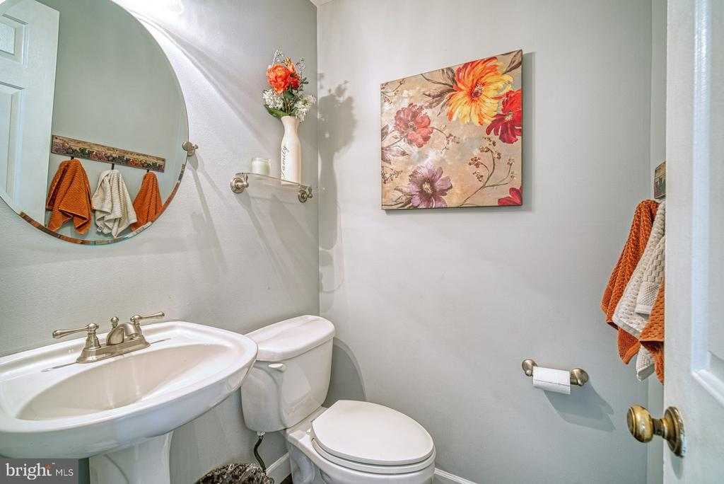 Main level powder room - 12224 PINE PARK CT, FAIRFAX