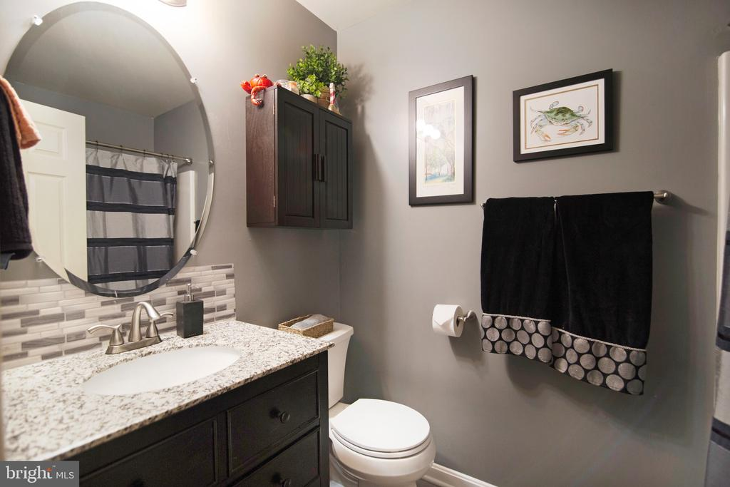 Newly remodeled full hall bath with tub/shower - 6765 BALMORAL RDG, NEW MARKET