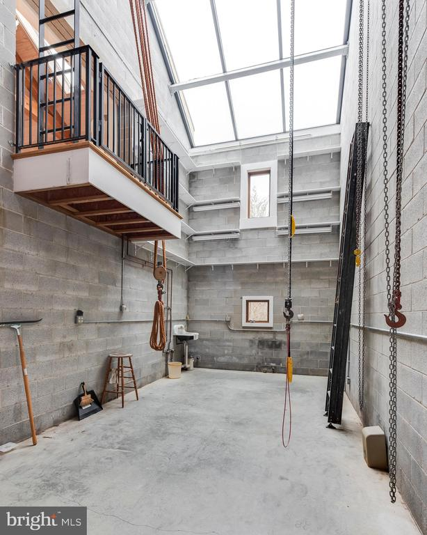 3rd Car garage with lift to studio above - 3182 HARNESS CREEK RD, ANNAPOLIS