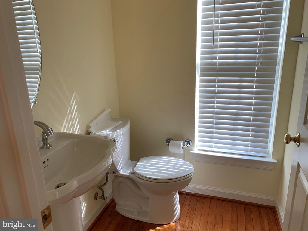 Powder Room - 43292 CLARECASTLE DR, CHANTILLY