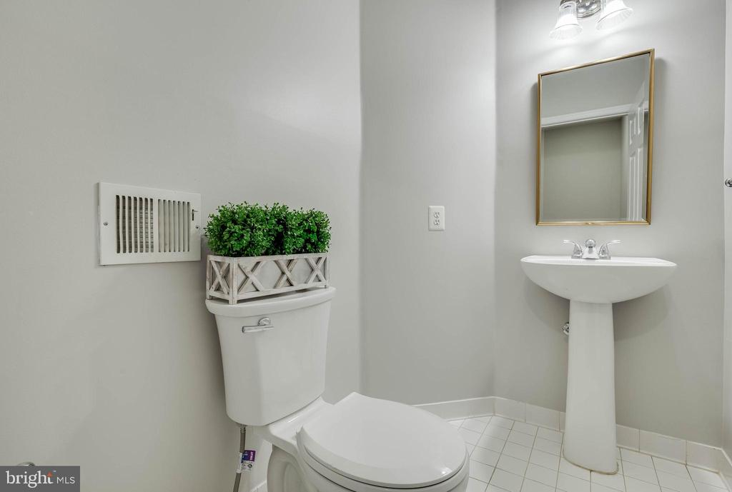 Half bath on main level - 4731 THORNBURY DR, FAIRFAX