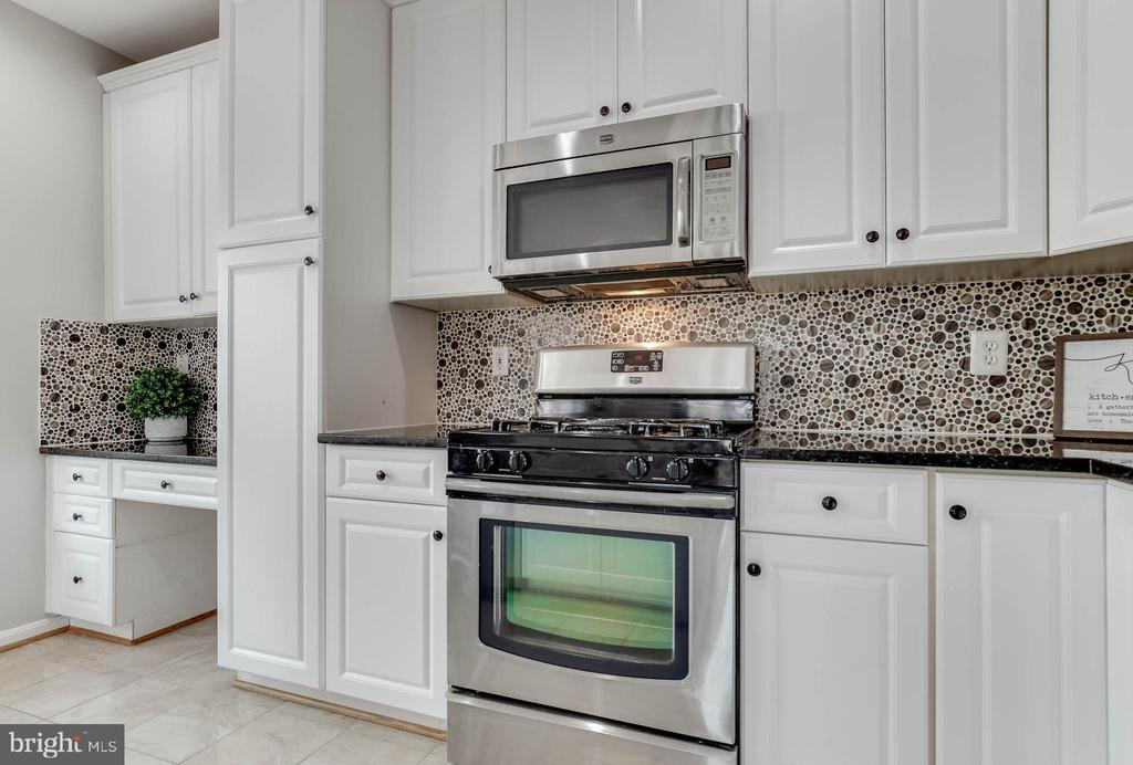 Beautiful backsplash with refreshed cabinets - 4731 THORNBURY DR, FAIRFAX