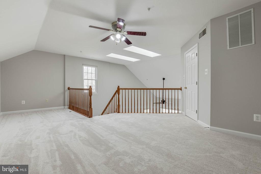 Master bedroom loft w/ second MB walk-in closet. - 4731 THORNBURY DR, FAIRFAX
