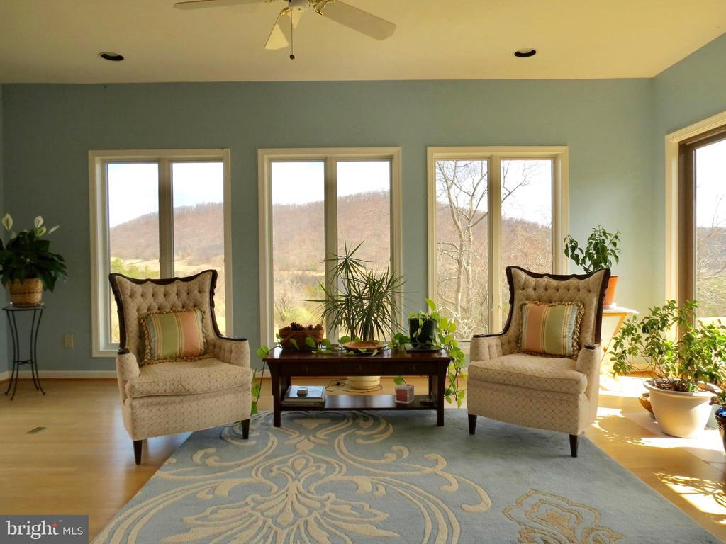 Large & bright 20x22' Living Room - 335 FODDERSTACK RD, WASHINGTON