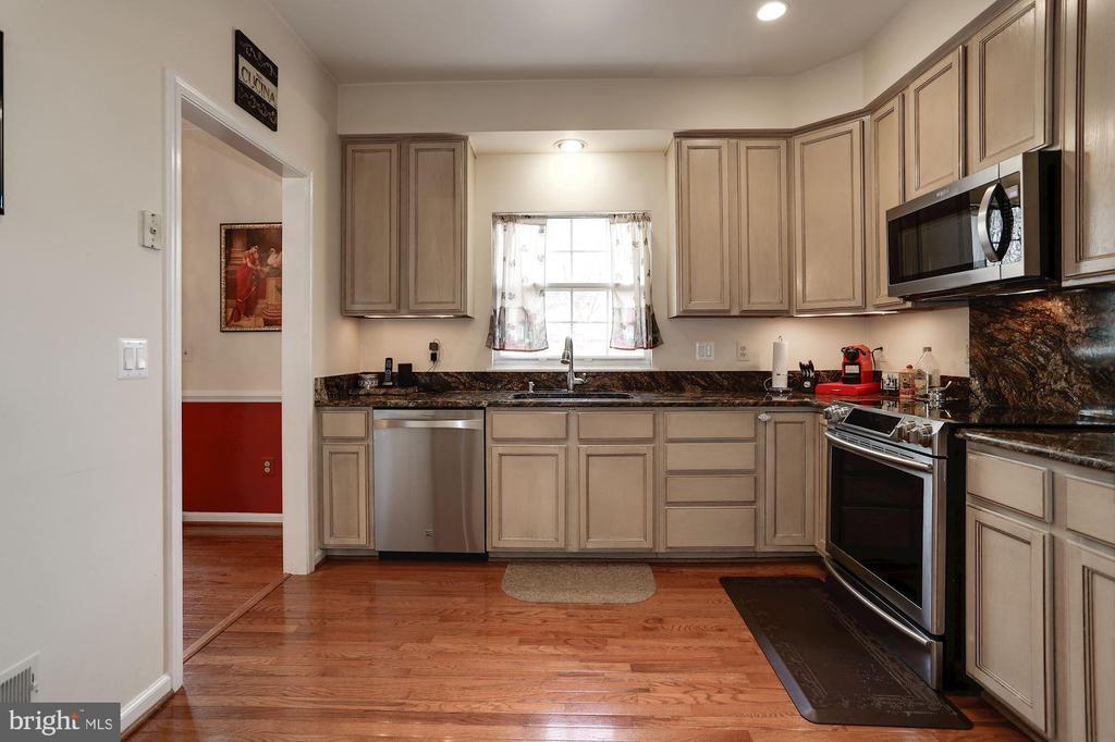 Stainless steel appliances! - 8110 MADRILLON SPRINGS LN, VIENNA