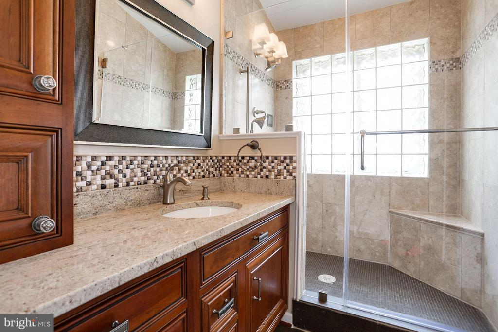 Large walk-in shower - 8110 MADRILLON SPRINGS LN, VIENNA