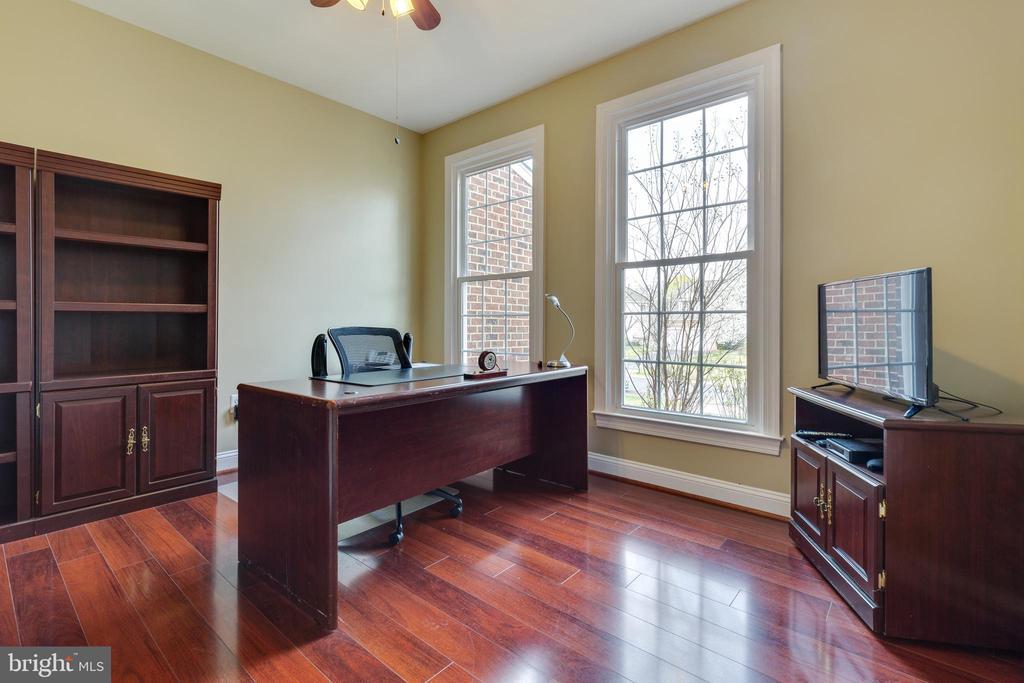 Main Level Office - 21946 HYDE PARK DR, ASHBURN