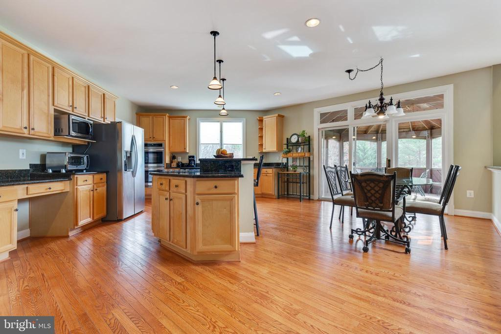 Spacious Kitchen with Breakfast Room - 21946 HYDE PARK DR, ASHBURN