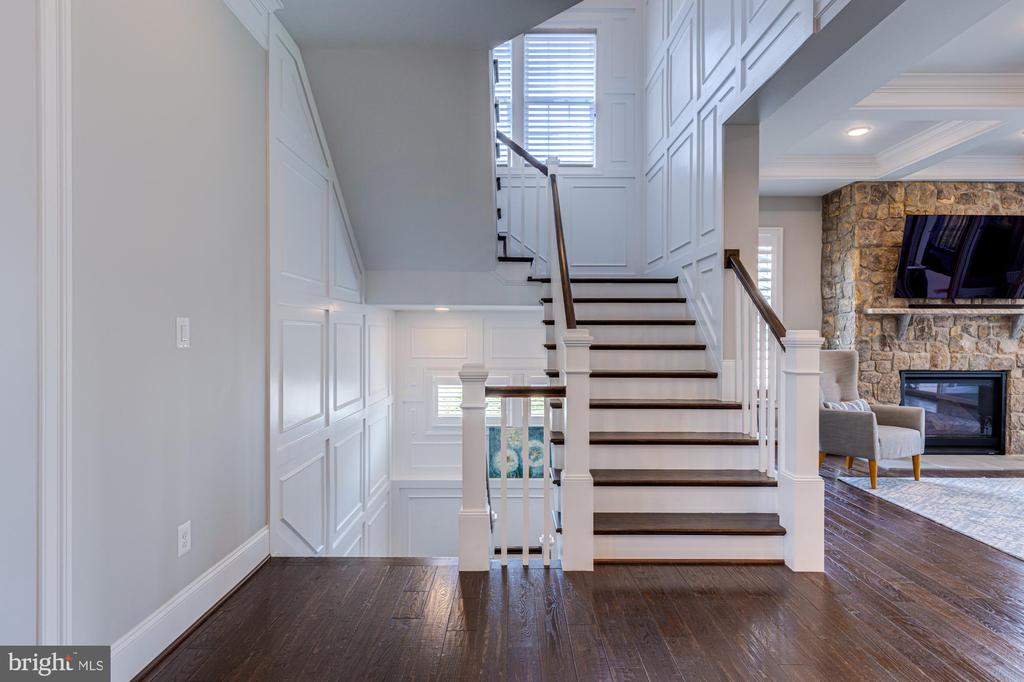 Craftsmanship on decorative molding on staircases - 23065 CHAMBOURCIN PL, ASHBURN