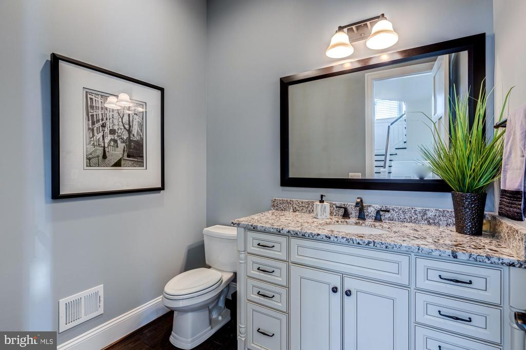 Main level powder room with comfort height vanity - 23065 CHAMBOURCIN PL, ASHBURN