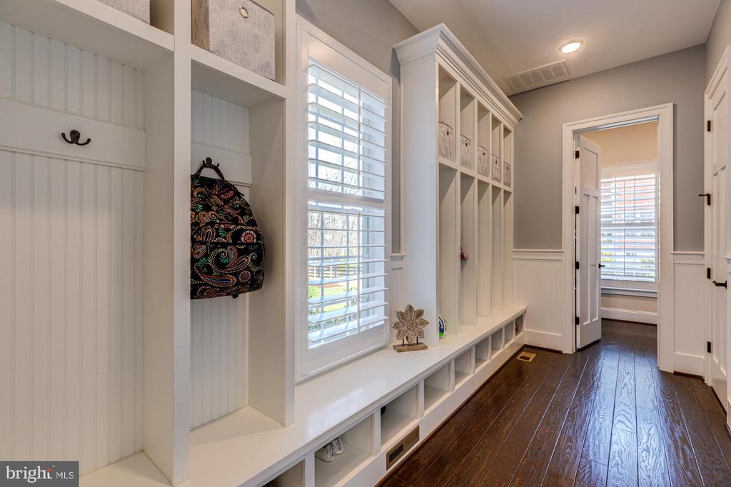 Mud room with pizzazz and plenty of easy storage - 23065 CHAMBOURCIN PL, ASHBURN