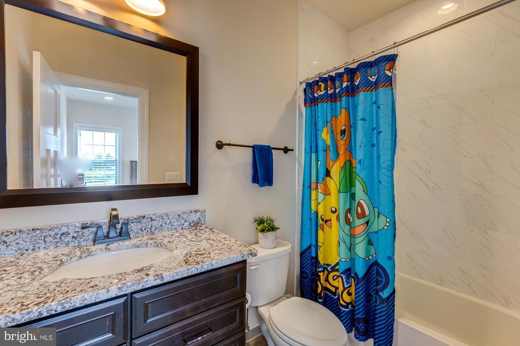 En-suite bath for bedroom #2 - 23065 CHAMBOURCIN PL, ASHBURN