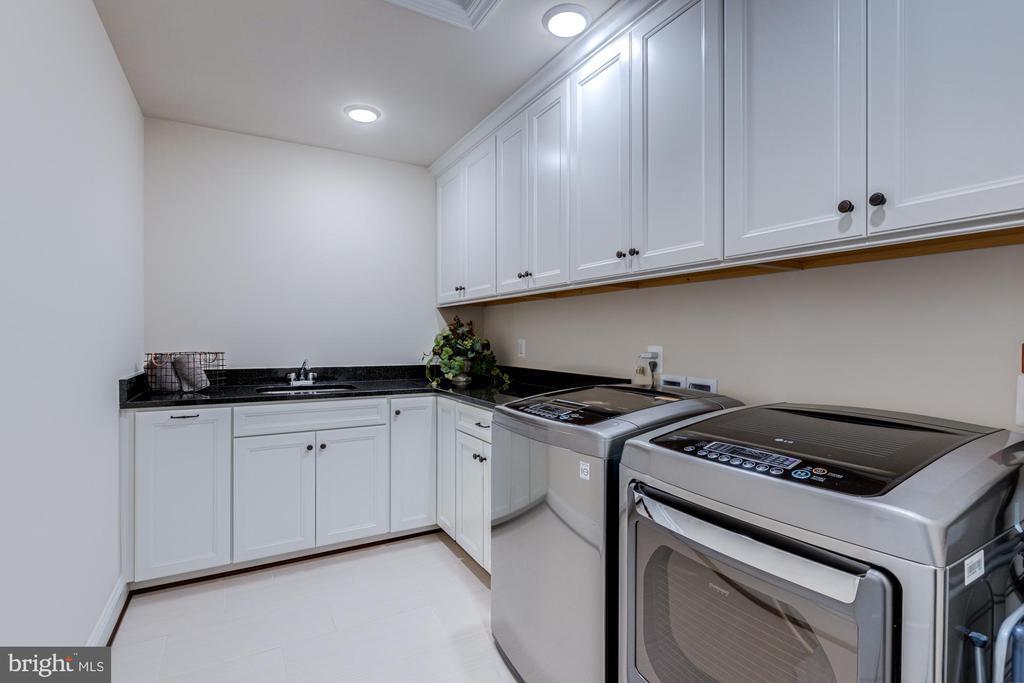 You'll love doing laundry here! - 23065 CHAMBOURCIN PL, ASHBURN