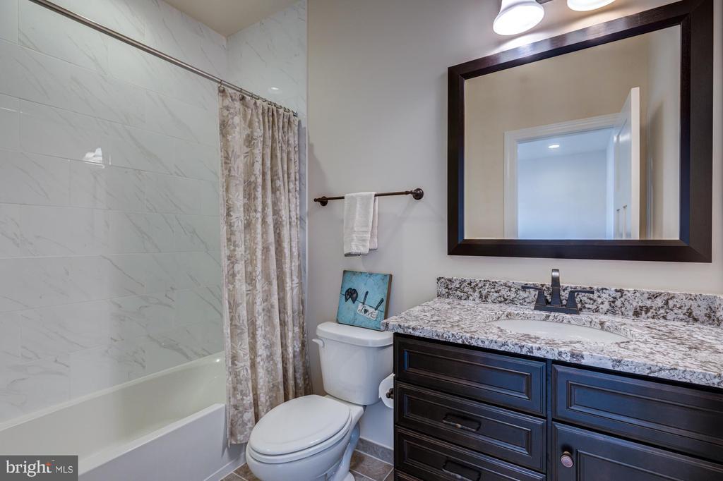 En-suite bath #3 - 23065 CHAMBOURCIN PL, ASHBURN