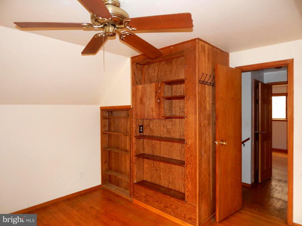 Built-ins & Ceiling Fan in Bedroom - 9108 MILL POND RD, SPOTSYLVANIA
