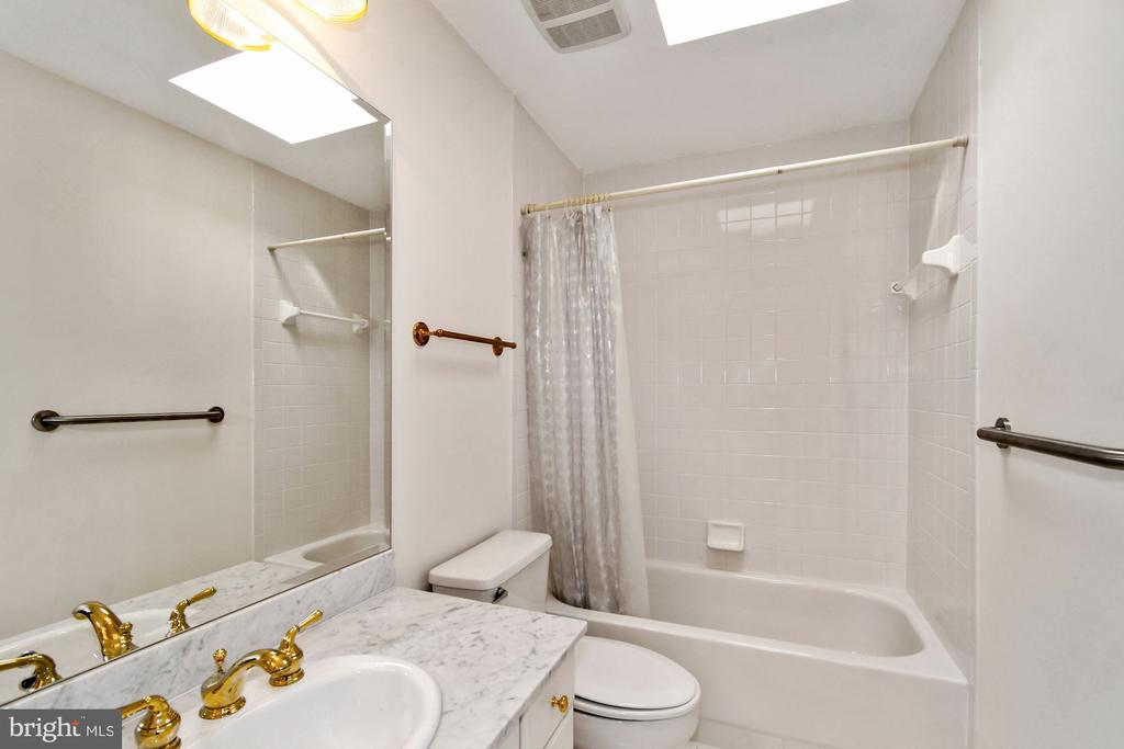 Full guest bathroom with a great skylight - 19 WILKES ST, ALEXANDRIA