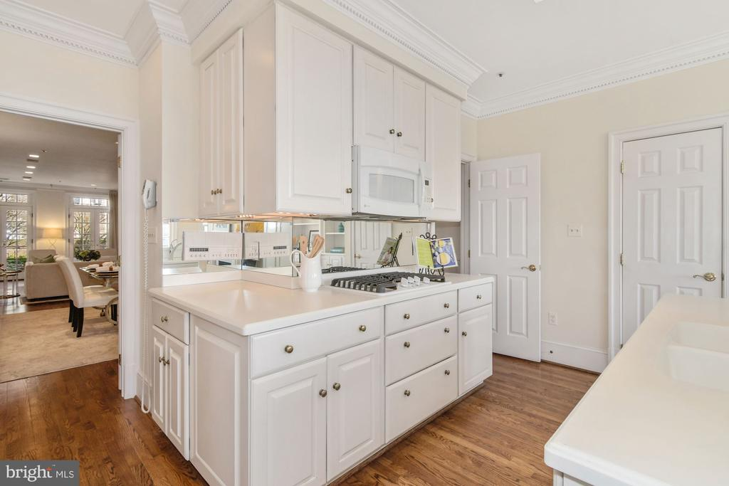 Ample cabinet space for storage and large pantry - 19 WILKES ST, ALEXANDRIA
