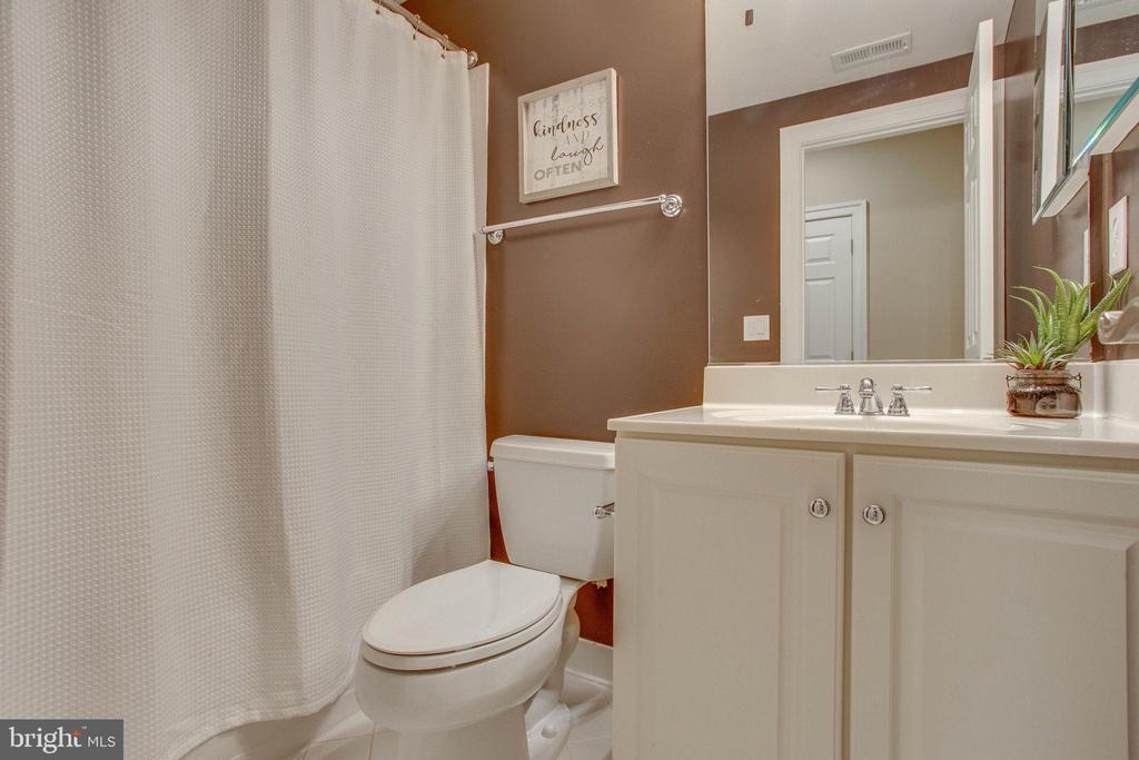 Leveler level full bath - 18339 BUCCANEER TER, LEESBURG