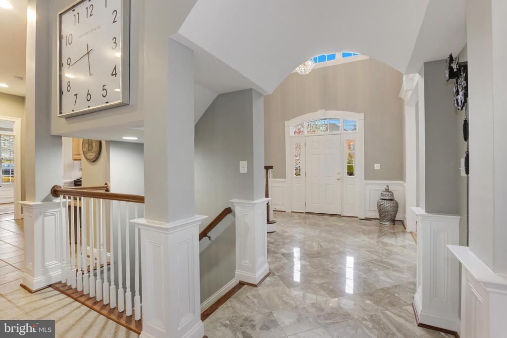 Unique moldings and arched entryways - 43475 SQUIRREL RIDGE PL, LEESBURG
