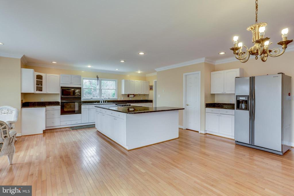 VIEW OF KITCHEN FROM STEP DOWN TO FAMILY ROOM - 7365 BEECHWOOD DR, SPRINGFIELD