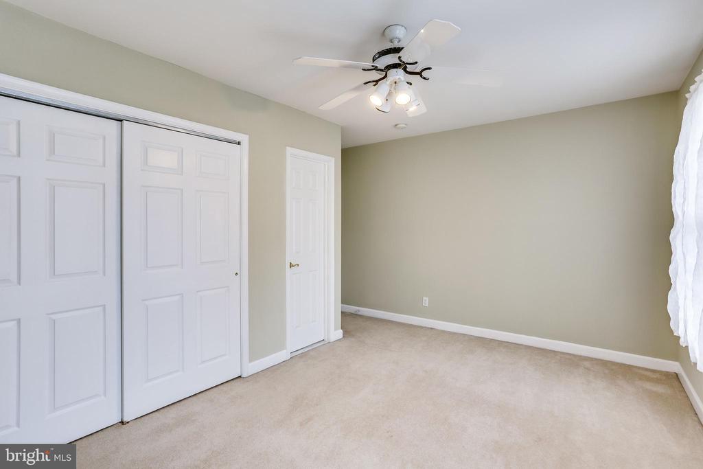 UPPER LEVEL FRONT BEDROOM - CLOSET BATHROOM DOORS - 7365 BEECHWOOD DR, SPRINGFIELD